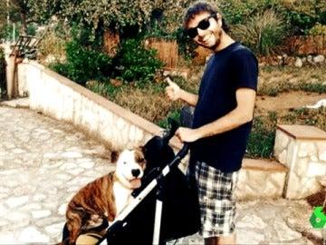 El cooperante Pau Pérez junto a su perro