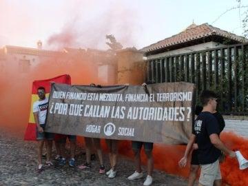 Humo de bengalas y pancartas xenófobas de HS en Granada, junto a la mezquita