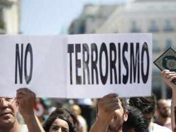 Musulmanes se concentran en Madrid en contra del terrorismo yihadista