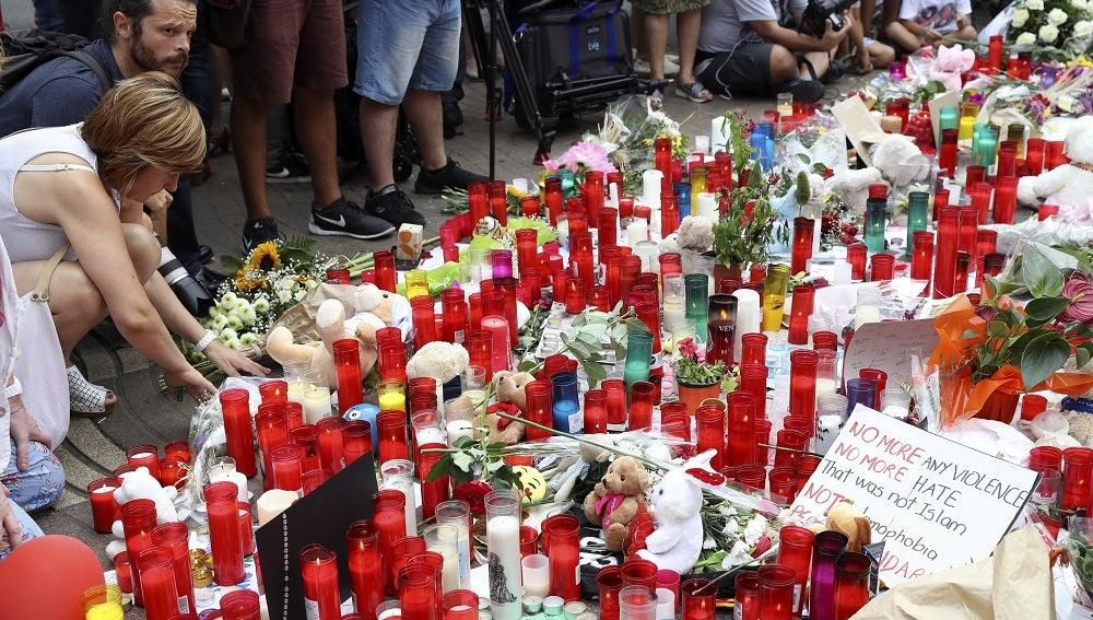 El mosaico de Miró, donde terminó el recorrido la furgoneta que atentó el jueves en las Ramblas, repleto de muestras de apoyo en forma de flores y velas