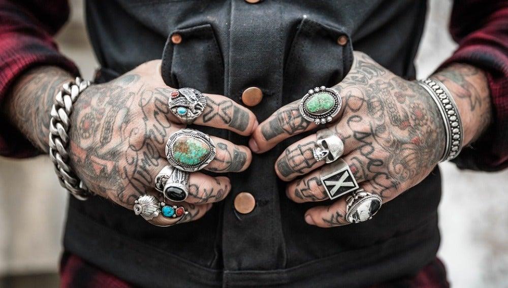 Mano llena de tatuajes