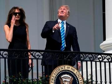Donald Trump observa sin protección el eclipse de Sol