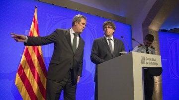 El presidente catalán, Puigdemont, junto al conseller de Interior, Forn y el mayor de los Mossos d'Esquadra, Trapero