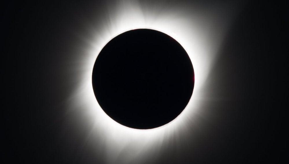 Fotografía que muestra el eclipse solar total visto desde Madras, Oregon