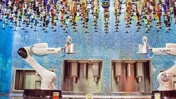 Robots haciendo cócteles