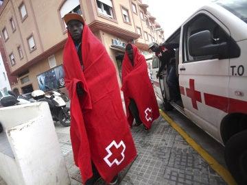 Varios inmigrantes rescatados ayer por Salvamento Marítimo cuando viajaban en una patera en el Estrecho de Gibraltar y que han sido trasladados al puerto de Tarifa