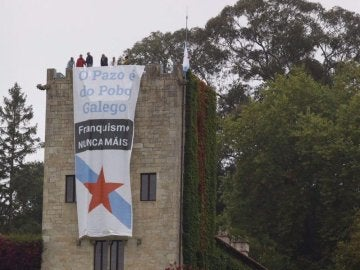 Los dos carteles que el BNG ha colocado en el Pazo de Meirás
