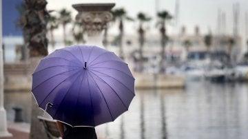 Un hombre se resguarda de la lluvia