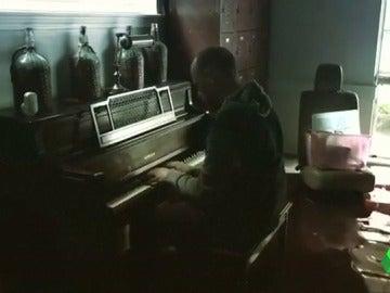 Conmovedor vídeo de un afectado por 'Harvey' tocando el piano en su casa inundada