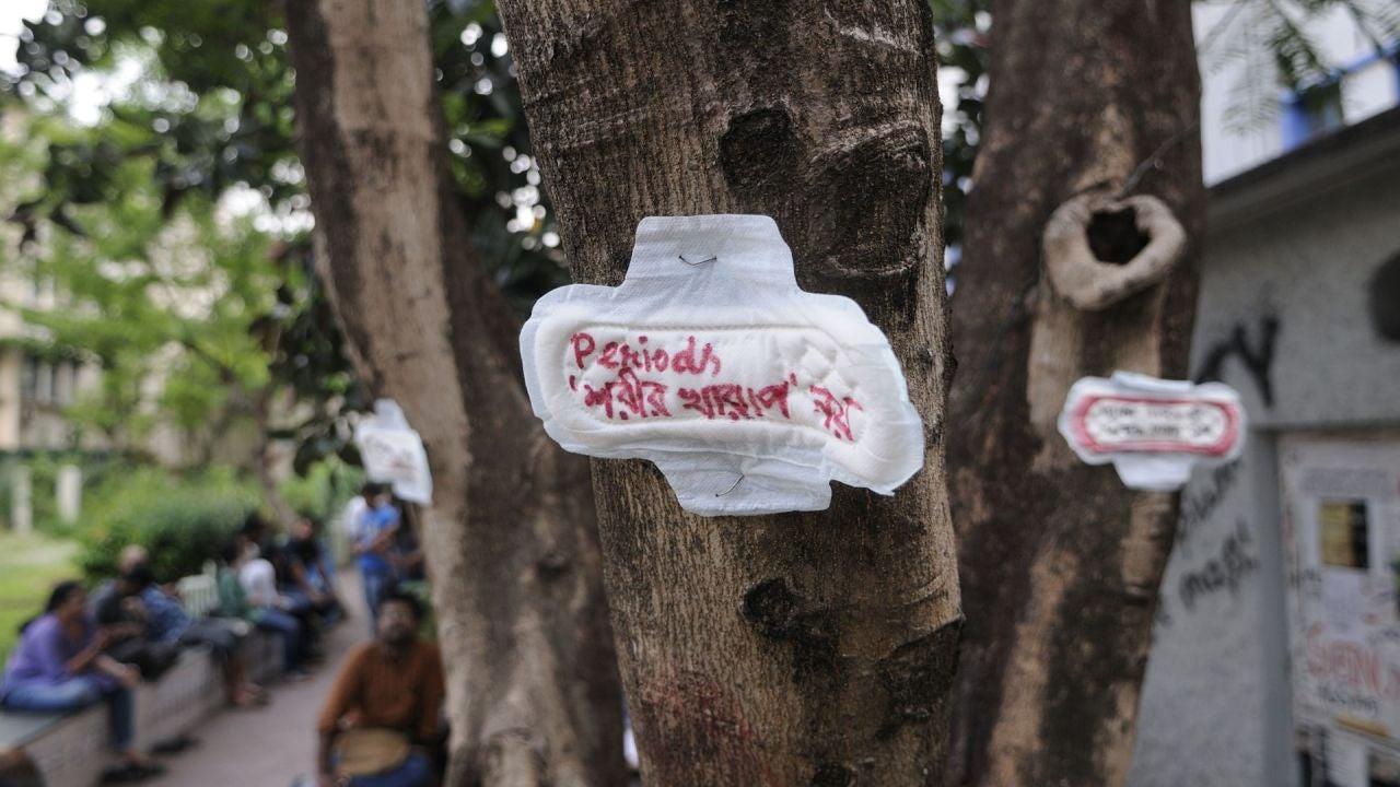 """Una compresa con el mensaje """"la menstruación no es una enfermedad"""", clavada en un árbol durante una manifestación en la India"""