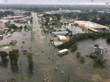 Vista aérea tomada desde un helicóptero que muestra el estado en el que ha quedado el área de Puerto Arthur, Texas, Estados Unidos, tras el paso del huracán Harvey