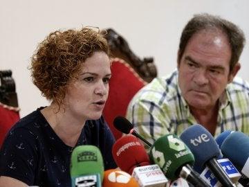 Raquel, la hermana de la fallecida Pilar Garrido, junto a su padre