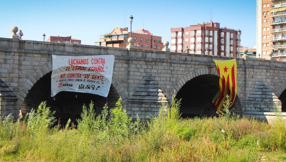 Una estelada y un cartel de Arran colgados en el madrileño Puente de Segovia