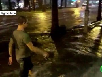 Una fuerte tormenta inunda en diez minutos las calles de Salou