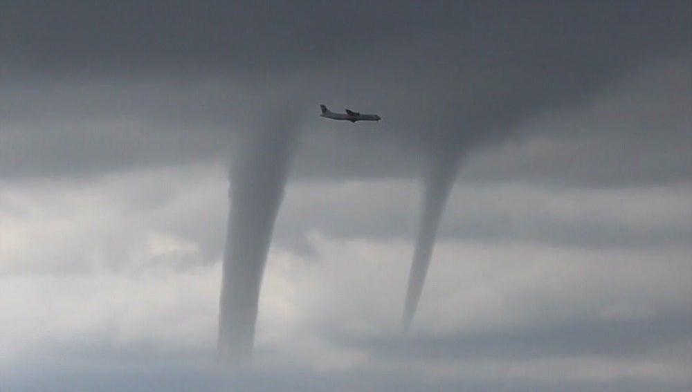 Un avión aterriza entre tornados