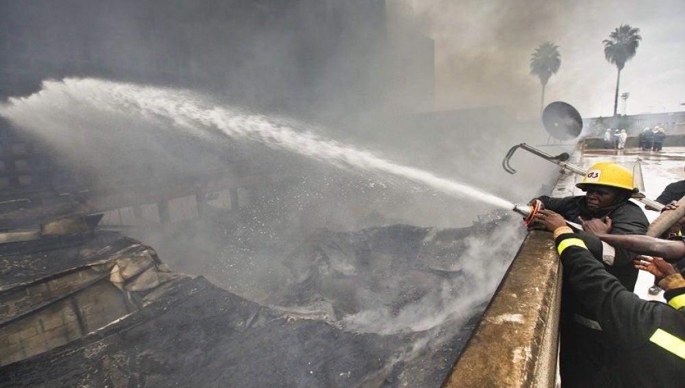 Un equipo de bomberos trabaja para extinguir un incendio en Nairobi (Kenia)