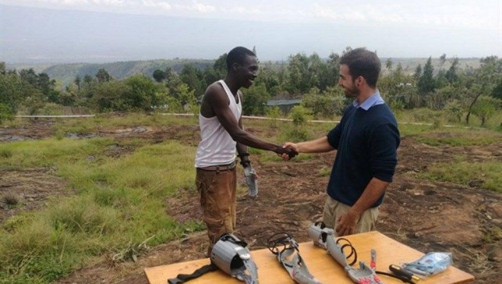 Guillermo Martínez entrega las prótesis en Kenia