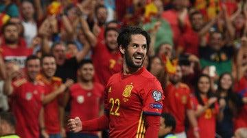 Isco sonríe tras marcar un gol con la selección española