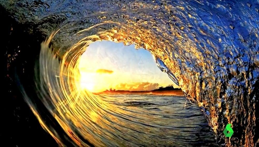 Una preciosa imagen desde el interior de una ola