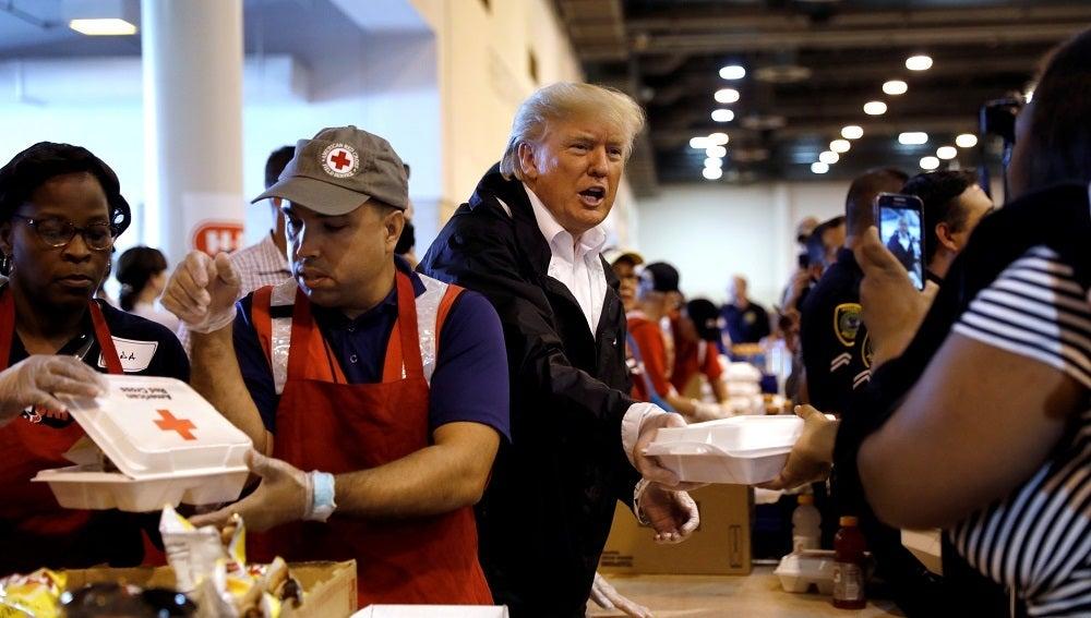 Donald Trump en su visita a las zonas más afectadas por el huracán Harvey