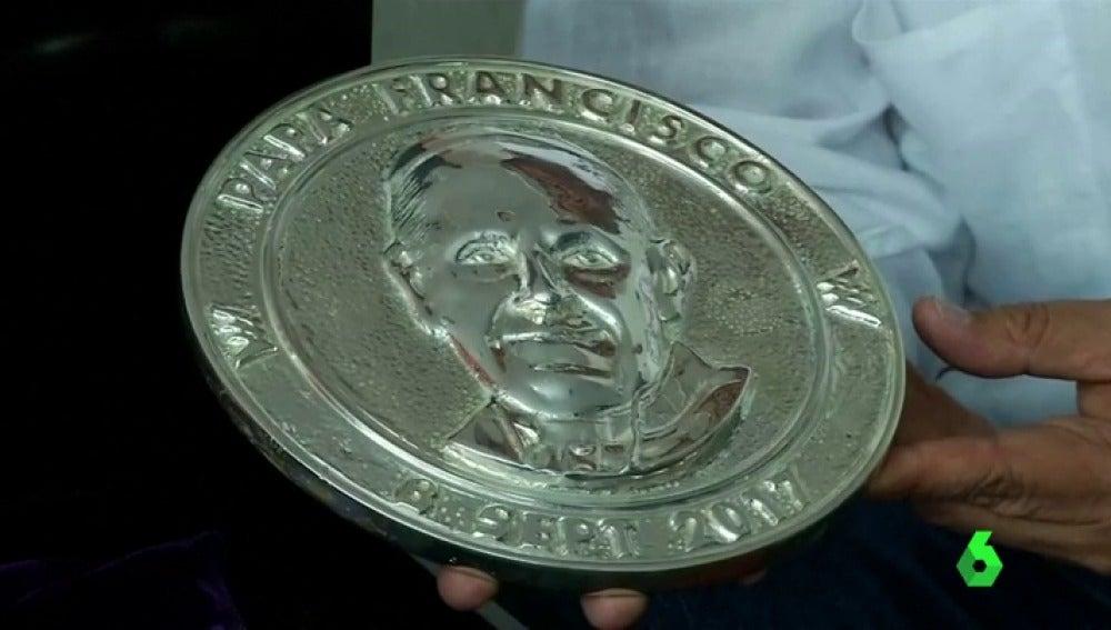 Fabrican medallones hechos con las balas fundidas usadas en el conflicto armado contra las FARC
