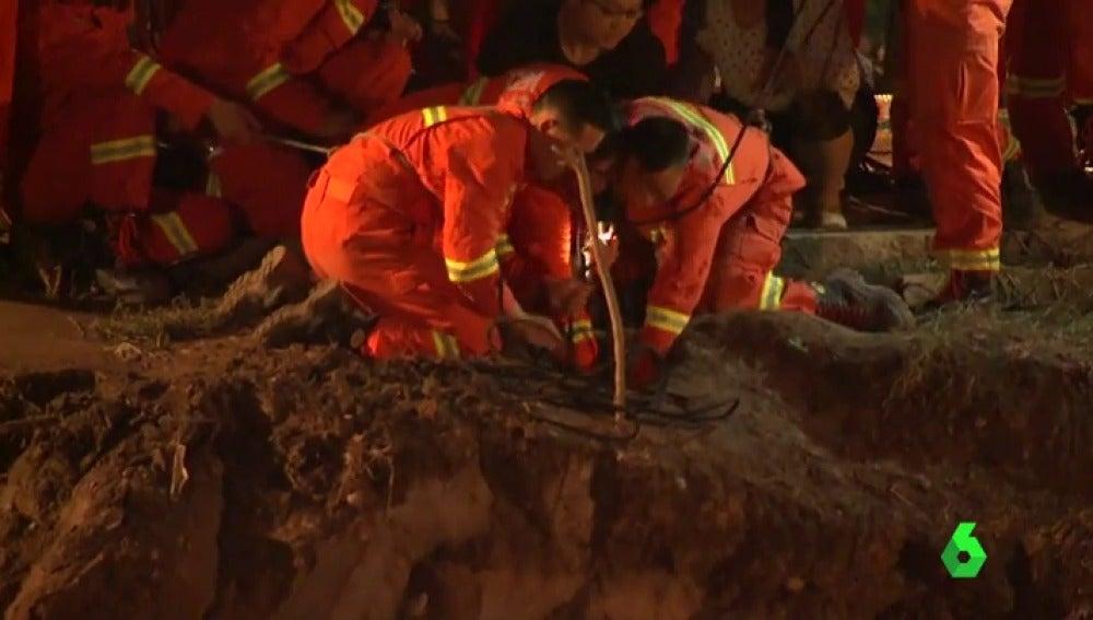 Rescatan a un niño de un pozo en China tras diez horas atrapado