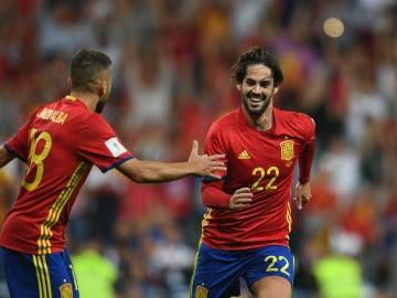 Isco celebra uno de sus goles con la selección española