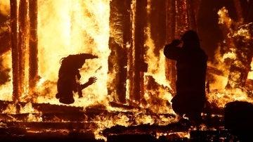 El aterrador momento en el que el hombre es atrapado por las llamas