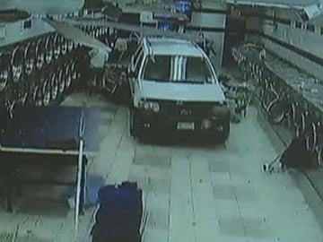 Un coche entra de lleno en una lavandería