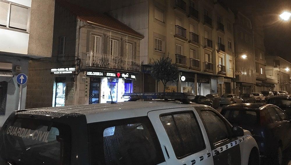 Fachada del edificio donde agentes de la Guardia Civil han detenido a un hombre tras disparar un arma dentro de una vivienda de Arcade, en el municipio pontevedrés de Soutomaior