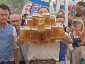 Logra un Record Guinness al conseguir transportar 29 jarras de un litro de cerveza sin derramarse