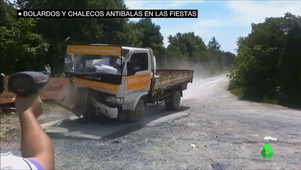 Un camión impacta contra un bolardo