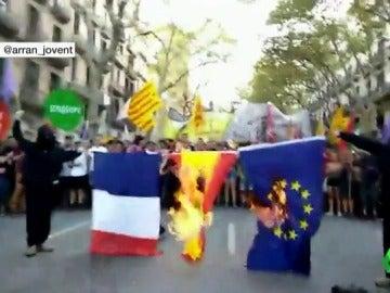 Las juventudes de la CUP queman banderas de España, Francia y la UE durante una marcha alternativa