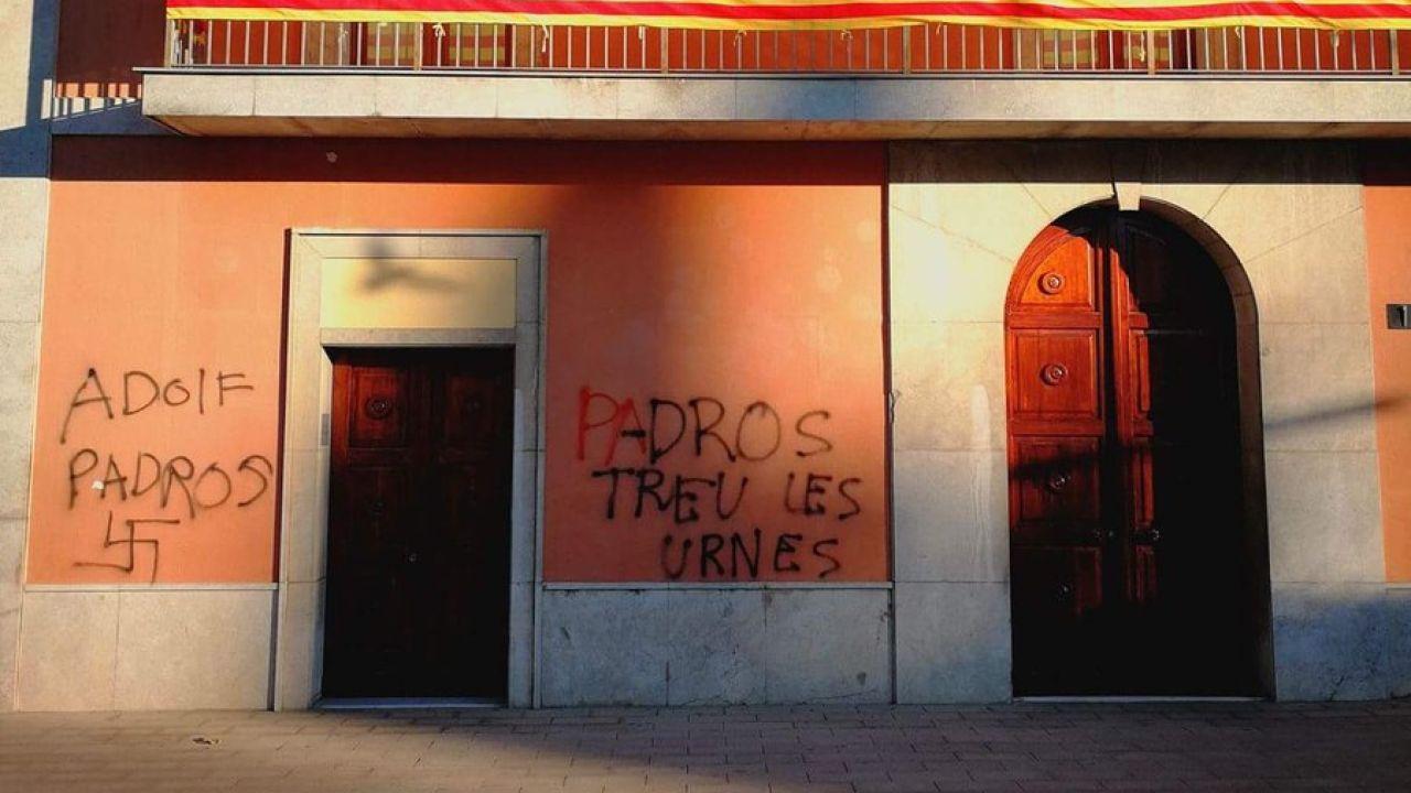 Pintadas contra la alcaldesa en el ayuntamiento de Palau-Solità i Plegamans