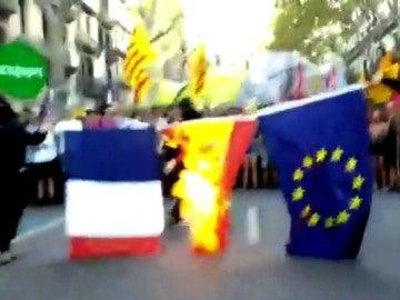 Queman en Barcelona banderas de Francia, España y la UE