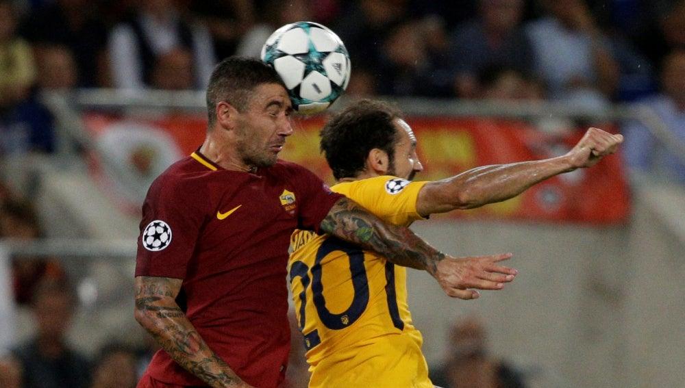Juanfran pelea un balón por alto con Dzeko