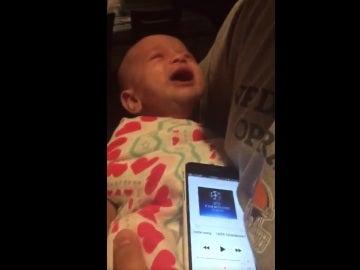 El bebé que deja de llorar al escuchar el himno de la Champions