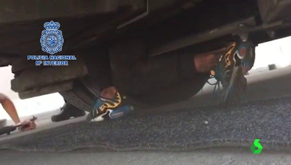 El angustioso rescate de un menor atrapado en los bajos de un autobús para cruzar el Estrecho