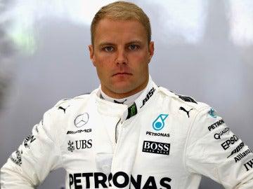 Valtteri Bottas, pensativo antes de una carrera con Mercedes