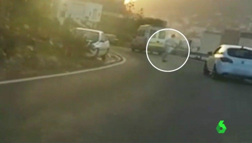 Un joven circulando entre coches con un monopatín