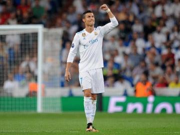 Cristiano celebra la victoria del Madrid en el Bernabéu