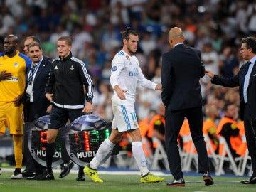Gareth Bale se retira con gesto serio al banquillo del Bernabéu
