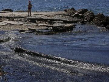 Playa de Atenas contaminada por petróleo