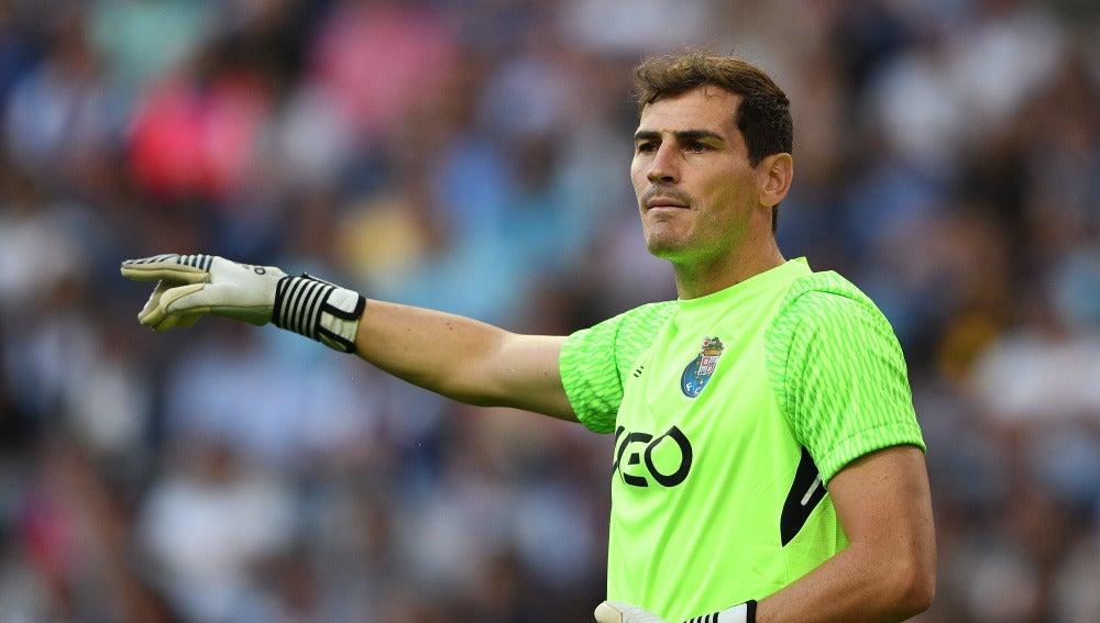 Iker Casillas habla con sus compañeros de equipo en el Oporto