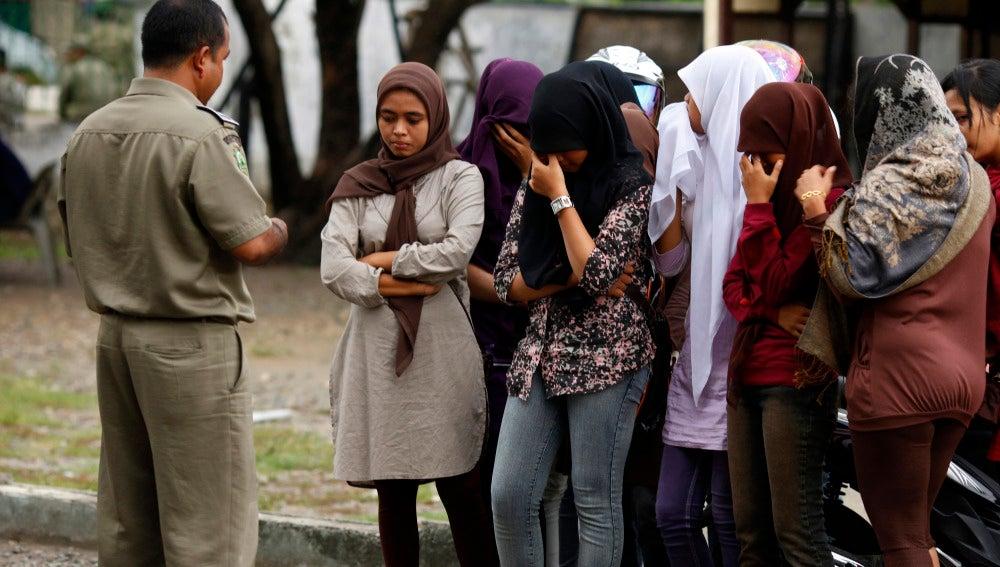Imagen de archivo de un policía de la sharía aleccionando a unas jóvenes, en Indonesia