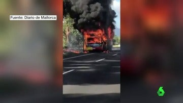 Un autobús sale ardiendo con 25 personas dentro en Mallorca