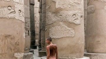 La modelo Marisa Papen posa junto a las columnas del templo de Karnak
