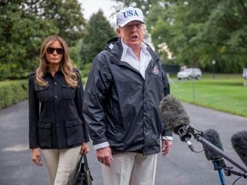 Donald Trump responde a los medios después de su visita al estado de Florida