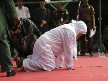 Una joven, a punto de desvanecerse tras ser azotada en Indonesia