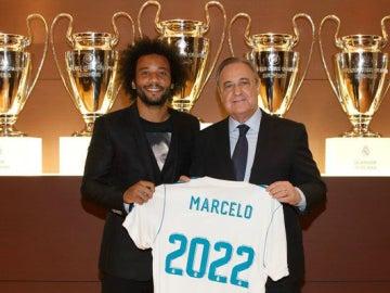 Marcelo posa con Florentino Pérez en el acto de su renovación hasta 2022